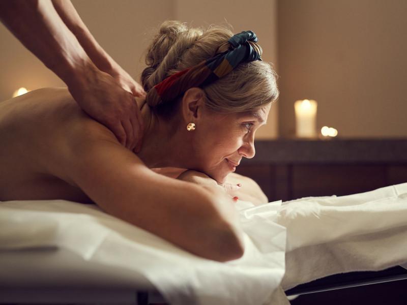 mature_woman_enjoying_massage_in_spa_vnd7gd3_opt